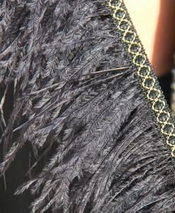 poncho-pluma-negro-detalle